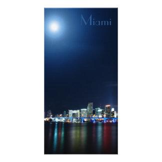 Horizonte de Miami en el panorama de la noche - se Tarjeta Con Foto Personalizada