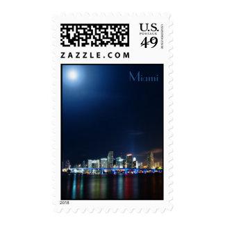 Horizonte de Miami en el panorama de la noche - Sellos