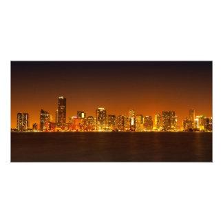 Horizonte de Miami en el panorama de la noche - ta Tarjeta Fotografica Personalizada