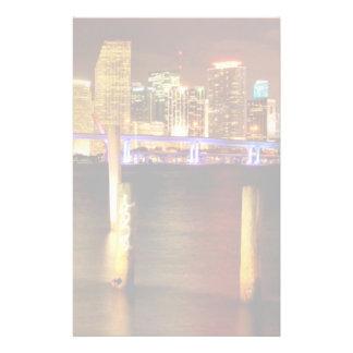 Horizonte de Miami en la noche la Florida Papeleria