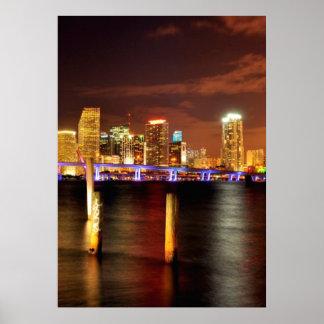 Horizonte de Miami en la noche, la Florida Póster
