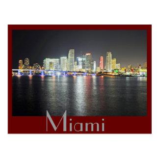 Horizonte de Miami, la Florida en la noche Postal