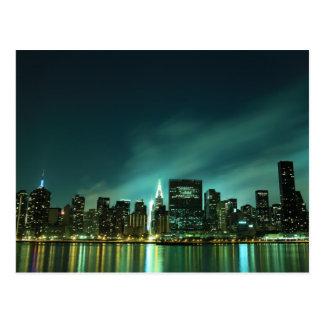 Horizonte de Midtown Manhattan en las luces de la  Postal