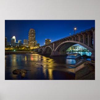Horizonte de Minneapolis en la noche:  3ro Avenida Póster