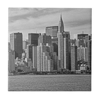 Horizonte de New York City del East River B&W Azulejo