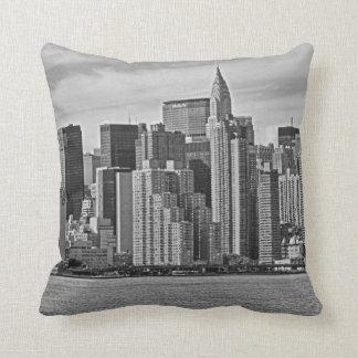 Horizonte de New York City del East River B&W Cojín