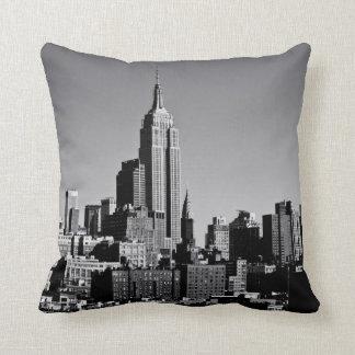 Horizonte de New York City en blanco y negro Cojin