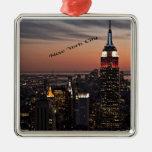 Horizonte de New York City en la noche Adorno