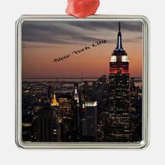 Horizonte de New York City en la noche Adorno Cuadrado Plateado