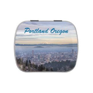 Horizonte de niebla céntrico del paisaje urbano de latas de caramelos