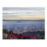 Horizonte de niebla céntrico del paisaje urbano de tarjeta postal