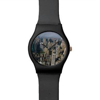 Horizonte de Nueva York en un reloj negro