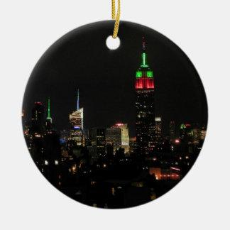 Horizonte de NYC: Colores de Navidad del Empire Adorno Redondo De Cerámica