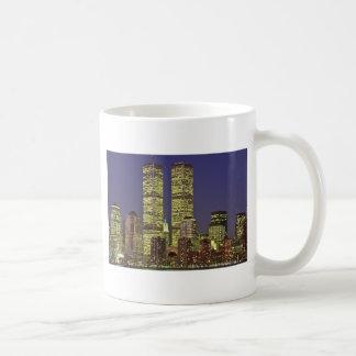 Horizonte de NYC con World Trade Center en la noch Tazas