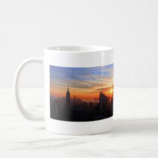 Horizonte de NYC en la puesta del sol, azul, oro, Taza Clásica
