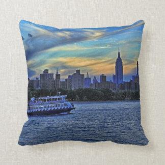 Horizonte de NYC: ESB, chimeneas y barco, cielo Almohada
