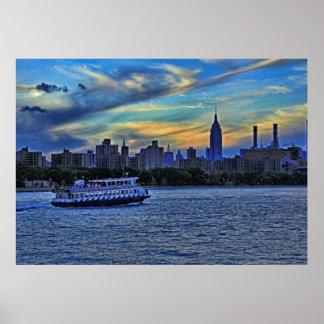 Horizonte de NYC: ESB, chimeneas y barco, cielo cr Poster
