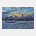 Horizonte de NYC: ESB, chimeneas y barco, cielo cr Toalla De Cocina