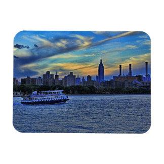Horizonte de NYC: ESB, chimeneas y barco, cielo Imán