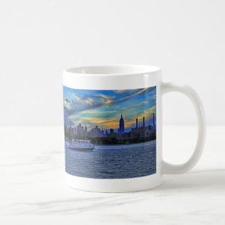 Horizonte de NYC: ESB, chimeneas y barco, cielo Taza Básica Blanca