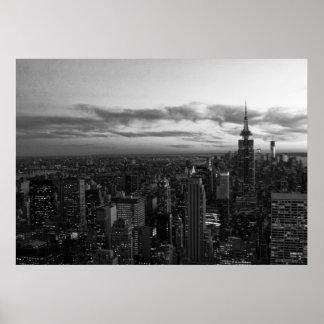 Horizonte de NYC, ESB WTC en la puesta del sol BW Posters