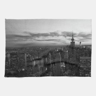 Horizonte de NYC, ESB WTC en la puesta del sol BW Toalla