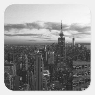 Horizonte de NYC, ESB WTC en la puesta del sol BW Pegatina Cuadrada