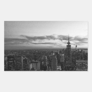 Horizonte de NYC, ESB WTC en la puesta del sol BW Pegatina Rectangular