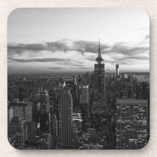 Horizonte de NYC, ESB WTC en la puesta del sol BW Posavasos