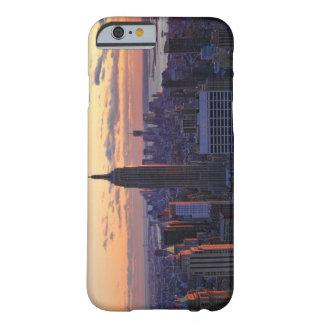 Horizonte de NYC momentos antes de la puesta del Funda De iPhone 6 Barely There