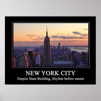 Horizonte de NYC momentos antes de la puesta del s Posters
