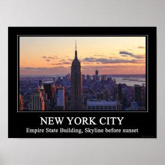 Horizonte de NYC momentos antes de la puesta del s Poster