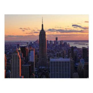 Horizonte de NYC momentos antes de la puesta del s Postales