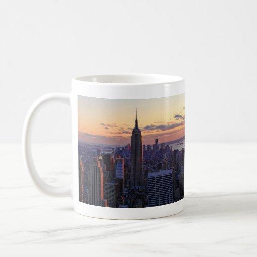 Horizonte de NYC momentos antes de la puesta del s Taza De Café