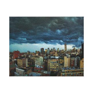Horizonte de NYC: Nube de tormenta masiva Impresión En Lienzo Estirada