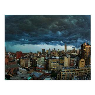Horizonte de NYC: Nube de tormenta masiva Tarjeta Postal