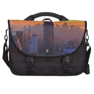 Horizonte de NYC: Puesta del sol anaranjada 2 del  Bolsas Para Portatil