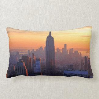 Horizonte de NYC: Puesta del sol anaranjada 2 del  Cojin