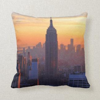 Horizonte de NYC: Puesta del sol anaranjada 2 del  Cojines