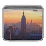 Horizonte de NYC: Puesta del sol anaranjada 2 del  Fundas Para iPads