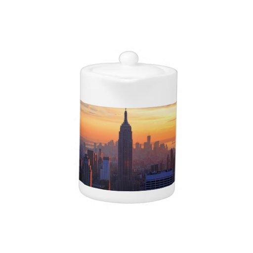 Horizonte de NYC: Puesta del sol del naranja del E