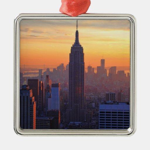 Horizonte de NYC: Puesta del sol del naranja del E Ornamento De Navidad