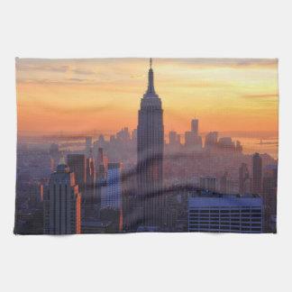 Horizonte de NYC: Puesta del sol del naranja del Toallas