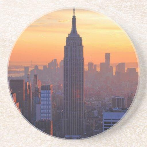 Horizonte de NYC: Puesta del sol del naranja del Posavasos Para Bebidas