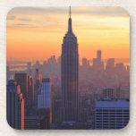 Horizonte de NYC: Puesta del sol del naranja del Posavasos De Bebidas