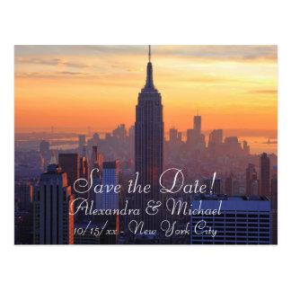 Horizonte de NYC: Reserva anaranjada de la puesta Tarjetas Postales