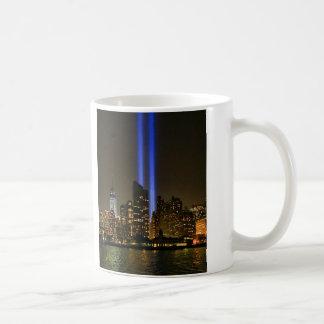 Horizonte de NYC: Tributo de WTC 9/11 en la luz Taza