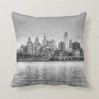 Horizonte de Philadelphia en blanco y negro Cojin