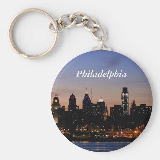 Horizonte de Philadelphia en el crepúsculo Llavero Redondo Tipo Pin