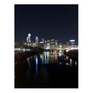Horizonte de Philadelphia en la noche Postales